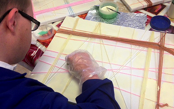 Un usuario del centro trabaja sobre un lienzo.