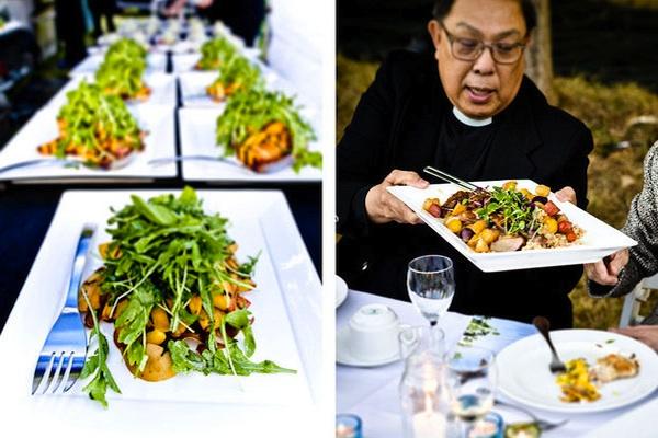 Món sa lát với những loại rau củ nhiều màu sắc mang thật sự hấp dẫn khách mời.