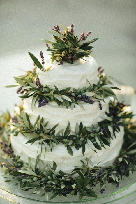 Chiếc bánh kem đơn giản được trang trí nhiều lá và hoa, mang hơi thở thiên nhiên thơ mộng.