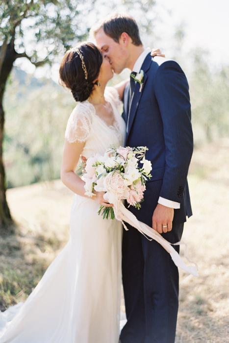 Cô dâu và chú rể hạnh phúc trong khung cảnh nên thơ của tiệc cưới ngoài trời.