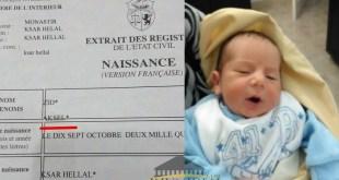 صورة للرضيع آكسل وشهادة ميلاده - منقولة من موقع : تيناست.كوم