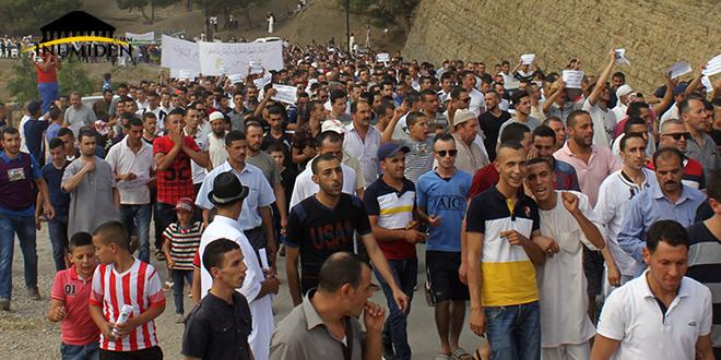جانب من المسيرة المناهضة لإقامة مصنع الإسمنت