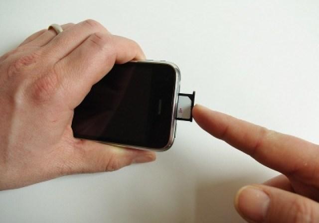 Kartenschlitten und SIM-Karte wieder ins iPhone stecken
