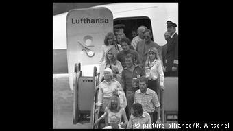 """Οκτώβριος 1977: Οι όμηροι του αεροσκάφους """"Λάντσχουτ"""" επιστρέφουν σώοι και αβλαβείς στη Φραγκφούρτη"""