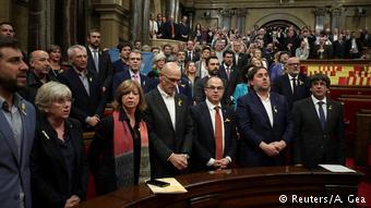 """Μετά το """"ναι"""" στην ανεξαρτησία οι καταλανοί βουλευτές τραγουδούν τον ύμνο της Καταλονίας"""