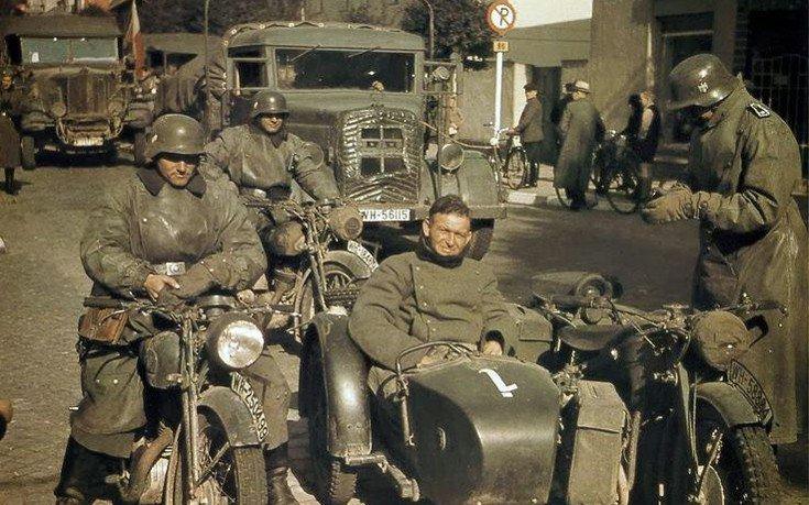 Ήδη από το 1939, η γερμανική εταιρία- κολοσσός στην παραγωγή αυτοκινήτων και μηχανών, BMW, αλλά και η «Zundapp» είχαν κάνει συμφωνία με τη Βέρμαχτ, τις γερμανικές ένοπλες δυνάμεις, για τη χορήγηση ειδικά σχεδιασμένων για τον πόλεμο μηχανών με καλάθια....