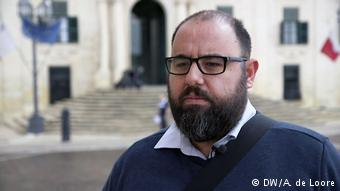 Ο μαλτέζος μπλόγκερ και πολιτικός αναλυτής Μάνουελ Ντέλια καταγγέλει τον τρόπο χορήγησης διαβατηρίων σε πλούσιους από χώρες εκτός ΕΕ
