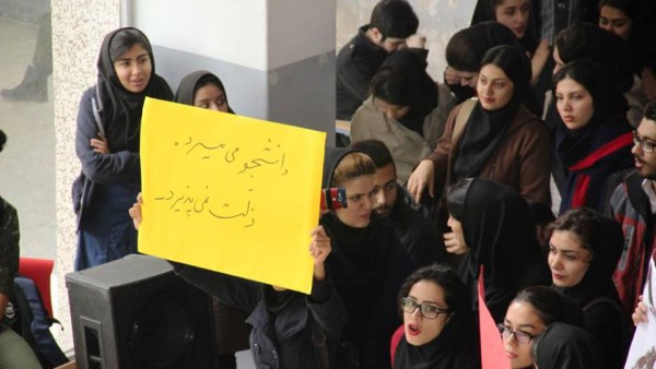 Protesterande studenter kräver att politiska fångar i Iran friges