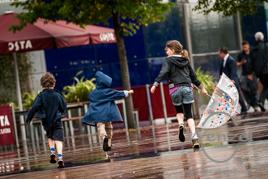 Kinder im Regen