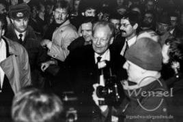 Bad in der Menge - Herausforderung für Sicherheitsleute und  Volkspolizei - Willy Brand auf dem Domplatz Magdeburg ( mit Gerhard Schröder r.) - 19. Dezember 1989