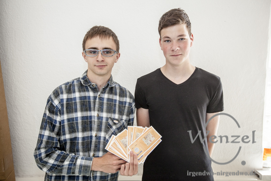Alternative Regionalgeld:  Richard Frank Jansky (l.) und Justin Theilig von der SchülerBank Elbe-Parey