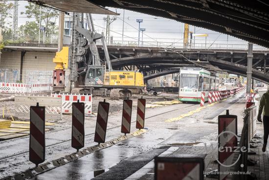 Straßenbahnen passieren die Baustelle City-Tunnel  eingleisig