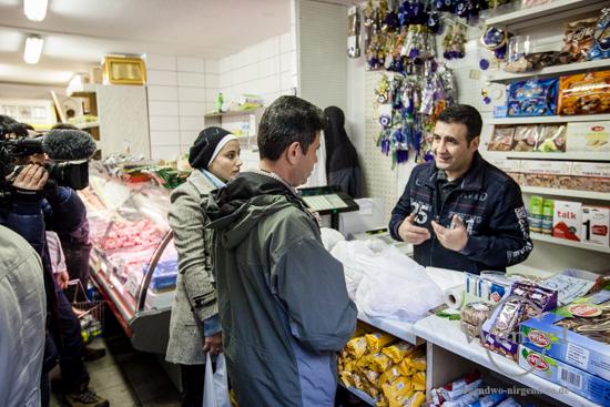 In Magdeburg begegnet - syrische Flüchtlingsfamilie beim Einkauf