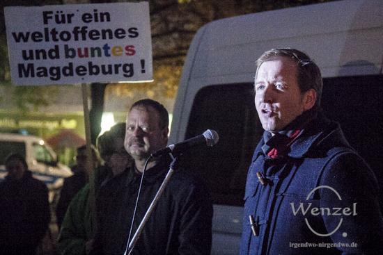 Sören Herbst (r.) zusammen mit Wulf Gallert (Die LINKE) bei einer Kundgebung für ein weltoffenes Magdeburg