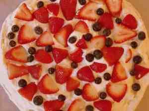 Pavlova with cream, strawberries and blueberries