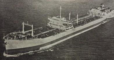 Το σούπερ-τάνκερ «World Sincerity» του Ομίλου Νιάρχου. Το πλοίο ήταν χωρητικότητας 32.650 dwt. Ναυπηγήθηκε τον Δεκέμβριο του 1955 στα σουηδικά ναυπηγεία Kockums. Είχε μήκος 202 μέτρα, πλάτος 26 και ύψος 14 μέτρα. Η ταχύτητα που μπορούσε να αναπτύξει έφτανε τα 17,6 μίλια. [Ναυτικά Χρονικά, αρ. 496/255, 1 Φεβρουαρίου 1956]