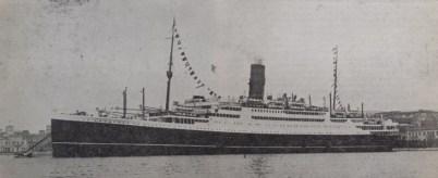 Το υπερωκεάνιο «Νέα Ελλάς» με το οποίο έγινε η επανέναρξη από τα μέσα Μαΐου του 1939 της τακτικής γραμμής Πειραιά – Νέας Υόρκης στο λιμάνι του Πειραιά. [Ναυτικά Χρονικά, αρ. 202, 15 Μαΐου 1939]