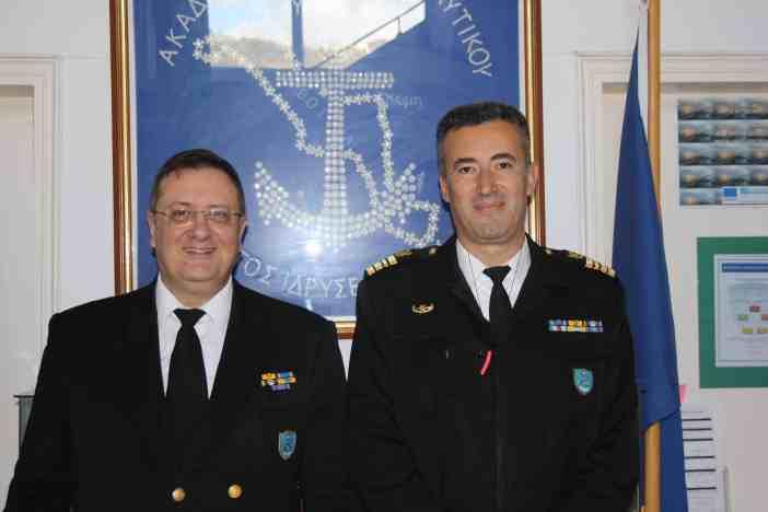 (Α-Δ): Αρχιπλοίαρχος Λ.Σ. Στυλιανός Μπέλλας, Διευθυντής της Διεύθυνσης Εκπαίδευσης Ναυτικών- ΥΝΑΝΠ, Αντιπλοίαρχος Λ.Σ. Βασίλειος Μπικάκης, Διοικητής της ΑΕΝ Κύμης