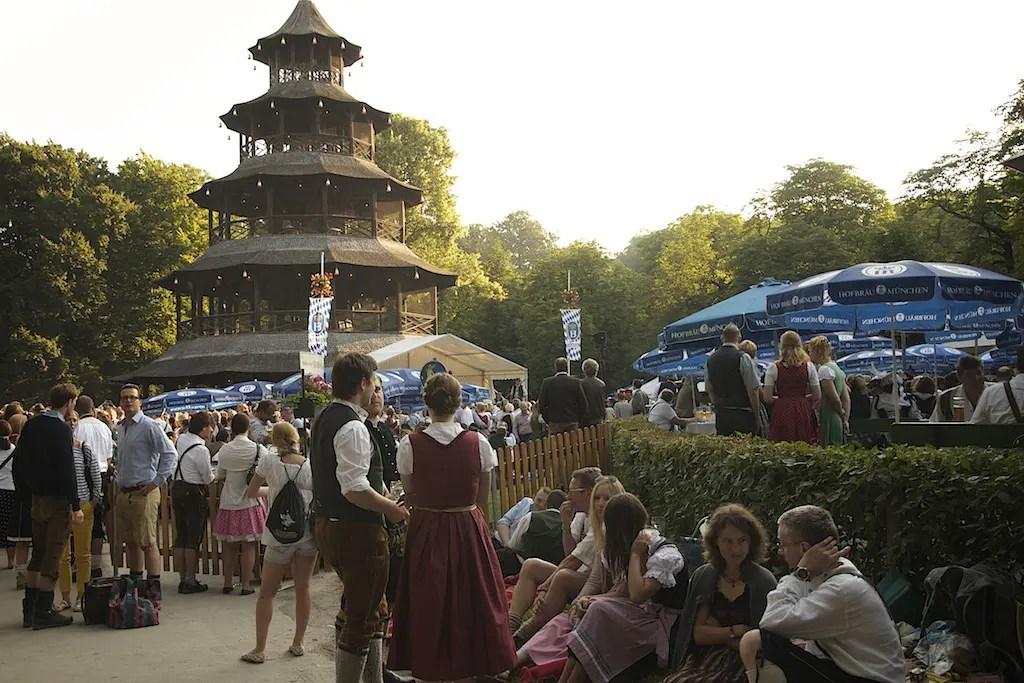 Kocherlball – Volkstanztradition unterm Chinesischen Turm