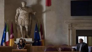 La sindaca Virginia Raggi presenta il nuovo assessore al Bilancio di Roma, Gianni Lemmetti, nell'Aula Giulio Cesare nel corso de Consiglio comunale a Roma, 31 agosto 2017. ANSA/MAURIZIO BRAMBATTI