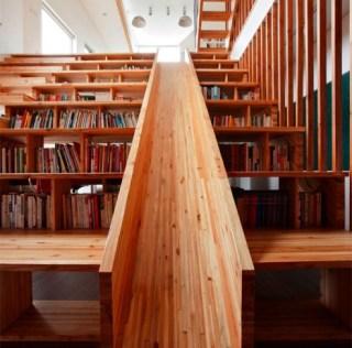 บ้านที่มีชั้นหนังสือ เป็นขั้นบันได และไม้ลื่น ส่วน T.V. ไปไกลๆ เลย