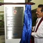 The President unveils the plaque
