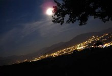 annecy, les montagnes et la lune