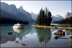 Cruise to Spirit Island in Maligne Lake in Jasper National Park