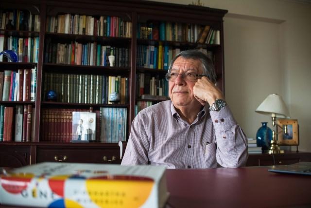 El estudio y la lectura, dos pasiones que han marcado la trayectoria profesional del profesor Luis Alejandro Barrera.