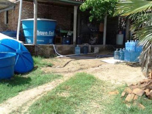 Água era retirada de poço e comercializada em garrafões.