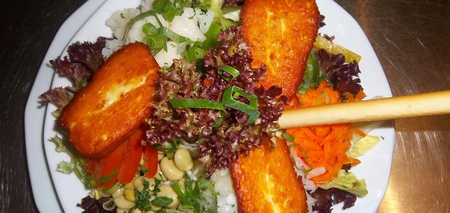 Haussalat mit gebackenem Haloumikäse