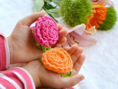 19. free cute flower Crochet-Deco-Roses-with-Leaves pattern