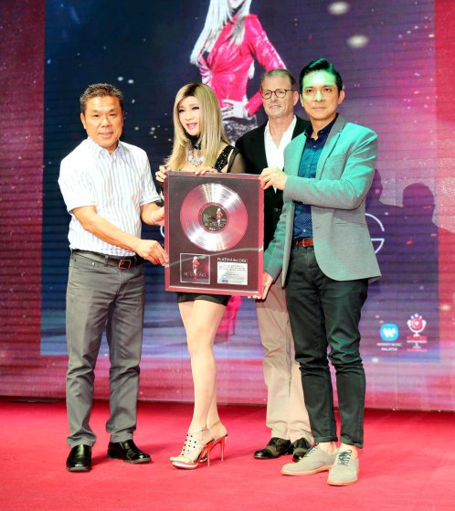 PMP-and-Warner-Music-Malaysia-presenting-the-platinum-record