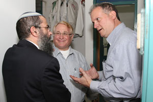 David Pick (center) and Ilan Goldstein (right), guests at Yeshivat Shavei Chevron for Shabbos, speaking to one of the yeshivas rebbeim.