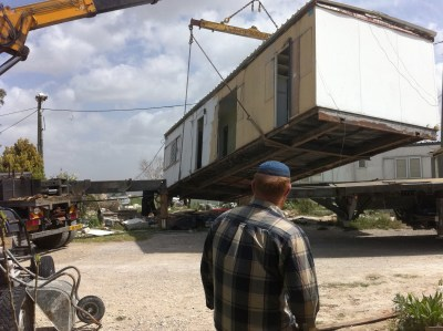 "A caravan house in the ""illegal outpost"" of Ramat Gilad is removed"