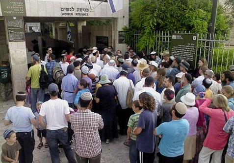 Jews assembled at the entrance to Temple Mount on Tisha B'Av were blocked by police.