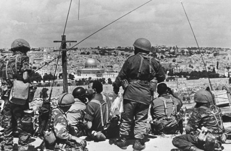 Motta Gur overlooks the Old City with his troops during the Six Day War