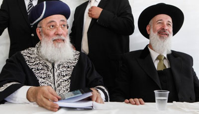 Sephardi Chief Rabbi Shlomo Amar (left) and Ashkenazi Chief Rabbi Yona Metzger (right)