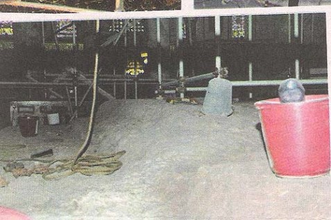 Pails, ropes, and construction workers' scaffoldings were placed on the Temple's Foundation Stone in blatant violation of the Holy Places Law.