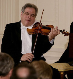 Itzhak Perlman performing at a White House state dinner in 2007.