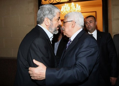 Fatah leader Mahmoud Abbas (L) with Hamas leader Khaled Mashaal