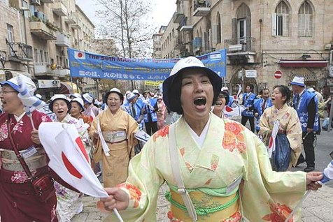 Japanese visitors in Jerusalem&#039;s streets show their love for Israel, but they don&#039;t buy Israeli goods.