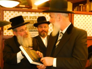 Kobasdorfer Rav presenting his sefer to Chief Rabbi Yonah Metzger
