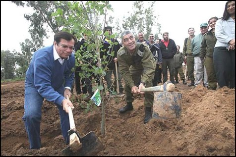 Southern Command CO Major-General Tal Ruso and JNF World Chairman Effi Stezler planting a tree.