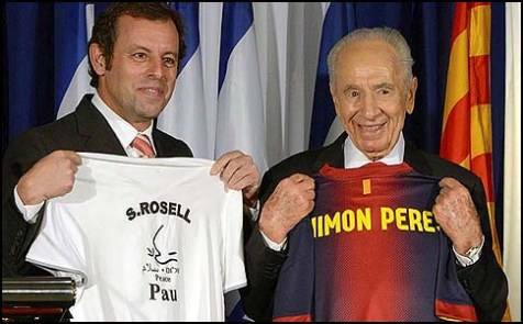 President Shimon Peres (R) and FC Barcelona President Sandro Rosell at the press conference on February 21, 2013, when Rosell confirmed that his team would arrive in Israel on July 31 for a special match against a joint Arab-Israeli team.
