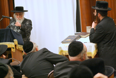 The Karlsburger Rav answering questions at the Los Angeles Chassidishe KollelPhoto credit: Rabbi Arye D. Gordon