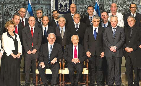 Israel's 33rd government posing with President Shimon Peres.