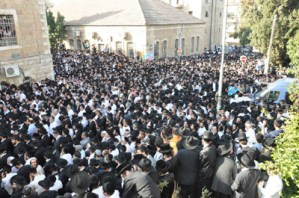 The crowd at Rav Yaakov Yosef's levayah.