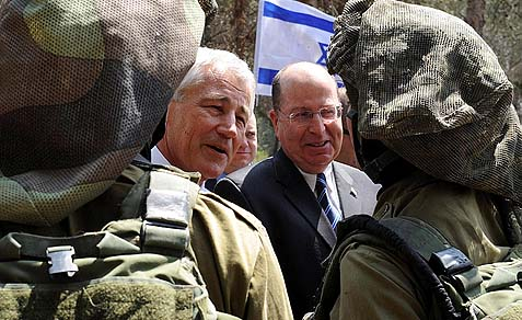 Secretary of Defense Chuck Hagel (L) and Israeli Defense Minister Moshe Yaalon speaking to IDF soldiers, April 23, 2013. Later Hagel wondered why he hadn't been told about the Syrian chemical attacks on his visit.
