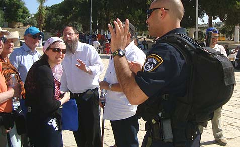 A Muslim policeman and Jordanian Waqf official followed the Jewish group closely, urging them to move quickly.